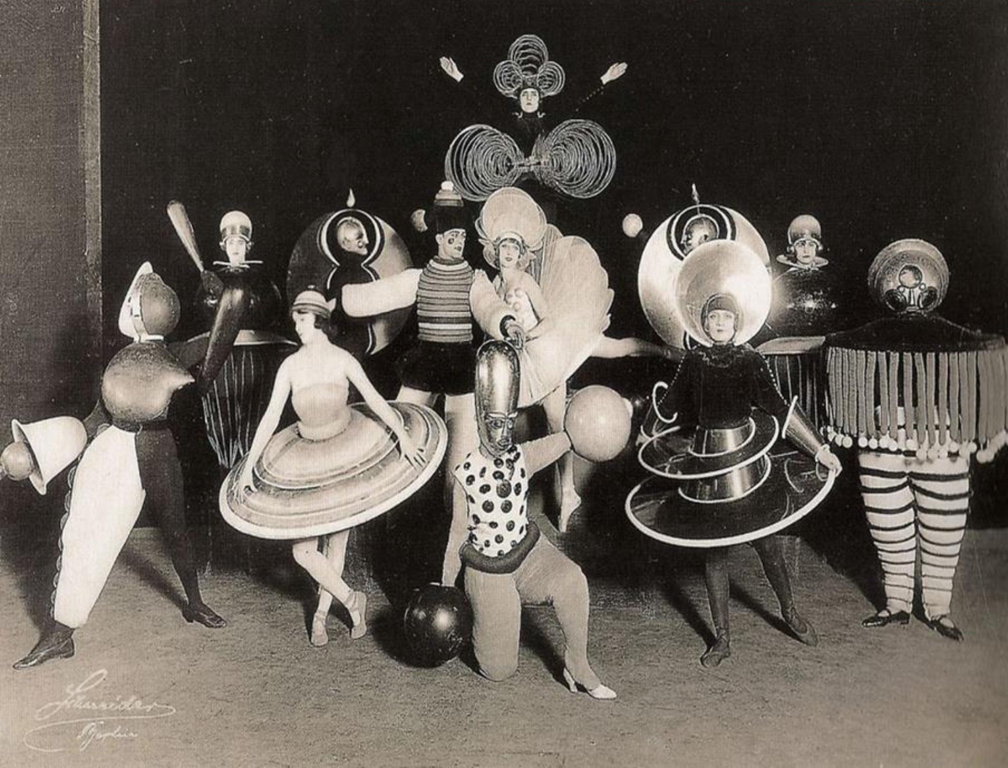 Οι ιστορικές πρωτοπορίες, ο σκηνικός χώρος και τα κοστούμια για το θέατρο και τον χορό